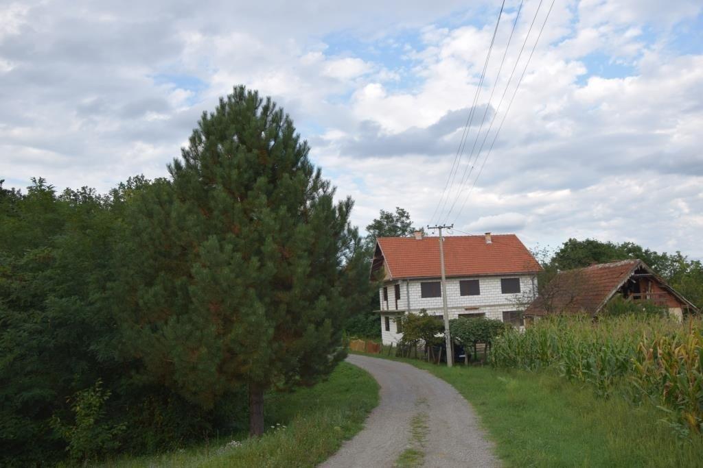 Сельский дом на холме